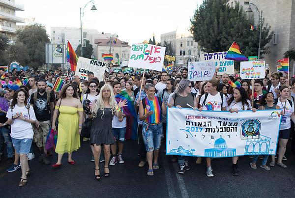 VAF06 JERUSALÉN (ISRAEL), 03/08/2017.- Miles de personas participan en la Marcha del Orgullo LGTB de Jerusalén, en Israel, hoy, 3 de agosto de 2017. Agentes de la Policía controlan todo el recorrido del evento LGTB (lesbianas, gais, transexuales y bisexuales) por el centro oeste de Jerusalén, ciudad santa para las tres religiones monoteístas, poco tolerantes con la homosexualidad. EFE/Abir Sultan