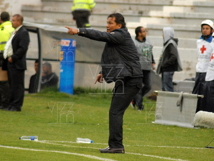 TUNJA - COLOMBIA -07 -03-2014: Flabio Torres, técnico de Once Caldas durante partido aplazado de la octava fecha  de la Liga Postobon I-2014, jugado en el estadio La Independencia de la ciudad de Tunja. /  Flabio Torres, coach of Once Caldas during a match for the date eleven of the Liga Postobon I-2014 at the La Independencia  stadium in Tunja city, Photo: VizzorImage  / Jose M. Palencia / Str. (Best quality available)