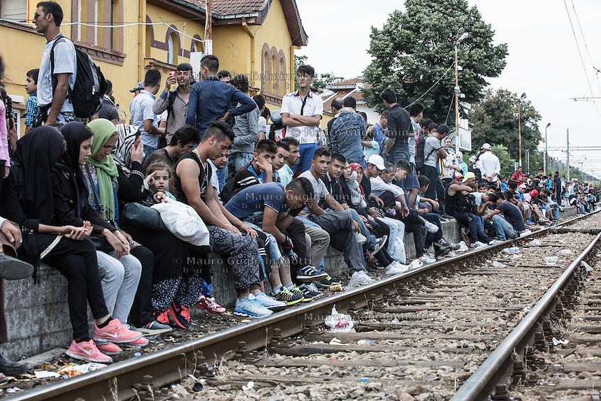 Migranti in attesa del treno lungo la ferrovia alla stazione di Gevgeljia<br />
