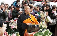 Nederland  Amsterdam  2016.  Boeddhadag op de Nieuwmarkt in Amsterdam. Viering van de geboorte van Boeddha.  Foto Berlinda van Dam / Hollandse Hoogte