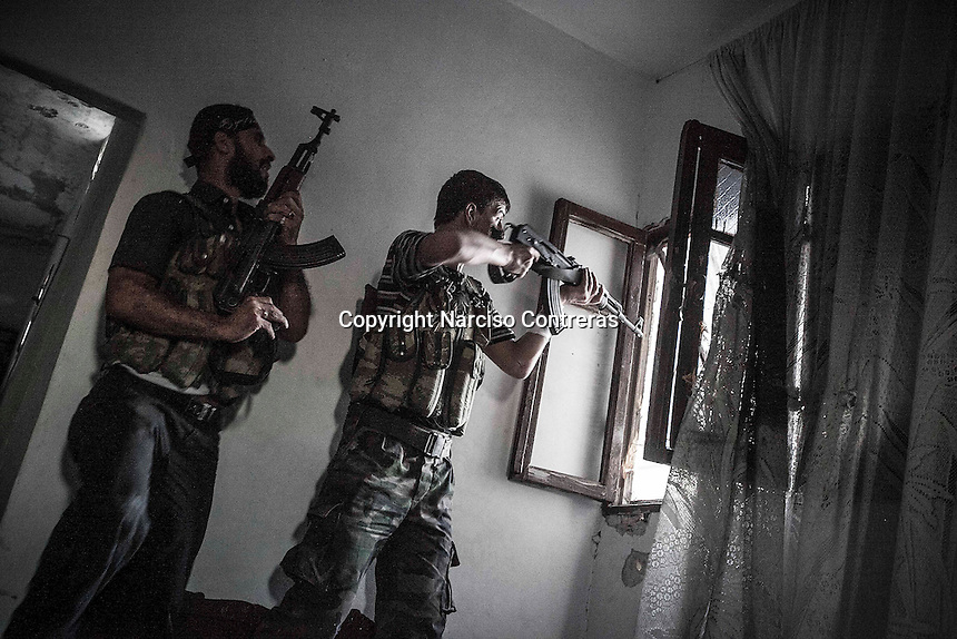 Rebel fighters belonging to the Kateba Omar Ben Abdul Aziz carry out a militar operation as they try to gain terrain over the Syrian army building by building at Aamria front line in Aleppo City.