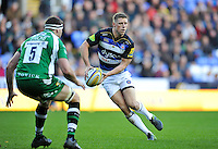 Rhys Priestland of Bath Rugby looks to pass the ball. Aviva Premiership match, between London Irish and Bath Rugby on November 7, 2015 at the Madejski Stadium in Reading, England. Photo by: Patrick Khachfe / Onside Images