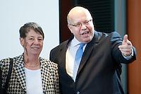 Berlin, Bundesumweltministerin Barbara Hendricks (SPD) und Kanzleramtsminister Peter Altmaier (CDU) am Dienstag (17.12.13) im Bundeskanzleramt bei der ersten Kabinettssitzung der neuen Bundesregierung.<br /> Foto: Steffi Loos/CommonLens