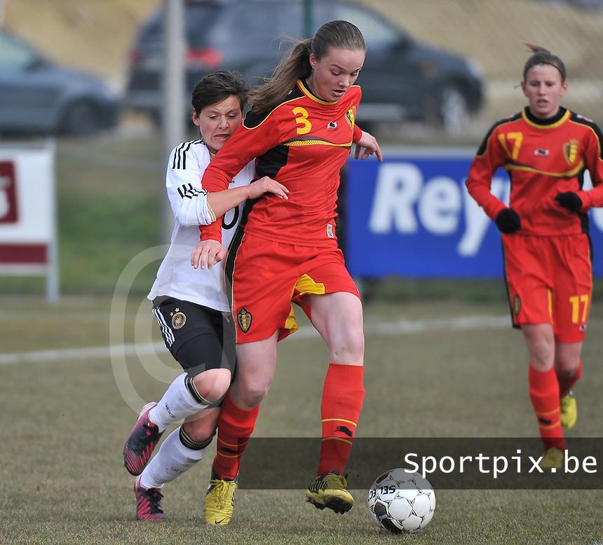 Belgie U17 - Duitsland U17 : .Tine De Caigny aan de bal voor Jasmin Sehan.foto DAVID CATRY / Vrouwenteam.be