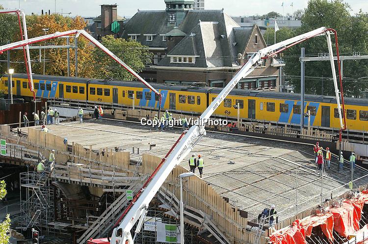 Foto: VidiPhoto..ARNHEM - Ruim 220 ladingen beton waren er donderdag nodig om het rijdek van de Zypse Poort in Arnhem vol te storten. Het werk aan het spoorviaduct in het centrum van de stad moet volgend jaar voor de bouwvak klaar zijn.
