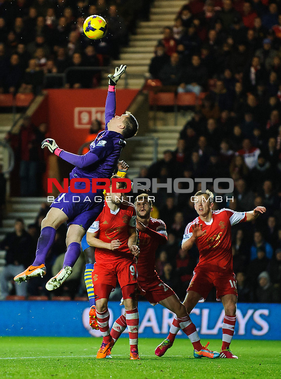Arsenal Goalkeeper Wojciech Szczesny (POL) clears from Southampton Forward Jay Rodriguez (ENG) -  - 28/01/2014 - SPORT - FOOTBALL - St Mary's Stadium - Southampton v Arsenal - Barclays Premier League.<br /> Foto nph / Meredith<br /> <br /> ***** OUT OF UK *****