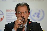 RIO DE JANEIRO-21/06/2012-Coletiva de imprensa com o Ministro da Educacao, Aloizio Mercadante,explicando o acordo bilateral com a China, na  Conferencia da ONU, no Rio Centro, zona oeste do Rio.Foto:Marcelo Fonseca-Brazil Photo Press