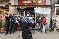 """Das Textilgeschaeft """"Kamil Mode"""" von Hassan Qadri in Kreuzberg ist von Zwangsraeumung bedroht. Die Kuendigung zum 31. Maerz 2019 durch den Eigentuemer des Hauses am Kottbuser Damm 9, Thorsten Cussler, bedeutet nach 16 Jahren das Aus fuer das Modegschaeft. Cussler will fuer den 61 Quadratmeter grossen Laden zukuenftig ueber 3.000,- Euro Miete, momentan zahlt Hassan Qadri 1.200,- Euro.<br /> Anwohner und Kunden protestieren seit Monaten gegen die Kuendigung, so auch am Freitag den 22. Maerz 2019. Thorsten Cussler beharrt jedoch weiter darauf, dass """"Kamil Mode"""" geschlossen wird.<br /> Im Bild: Eine """"Modenschau"""" zur Unterstuetzung von Hassan Qadri.<br /> 22.3.2019, Berlin<br /> Copyright: Christian-Ditsch.de<br /> [Inhaltsveraendernde Manipulation des Fotos nur nach ausdruecklicher Genehmigung des Fotografen. Vereinbarungen ueber Abtretung von Persoenlichkeitsrechten/Model Release der abgebildeten Person/Personen liegen nicht vor. NO MODEL RELEASE! Nur fuer Redaktionelle Zwecke. Don't publish without copyright Christian-Ditsch.de, Veroeffentlichung nur mit Fotografennennung, sowie gegen Honorar, MwSt. und Beleg. Konto: I N G - D i B a, IBAN DE58500105175400192269, BIC INGDDEFFXXX, Kontakt: post@christian-ditsch.de<br /> Bei der Bearbeitung der Dateiinformationen darf die Urheberkennzeichnung in den EXIF- und  IPTC-Daten nicht entfernt werden, diese sind in digitalen Medien nach §95c UrhG rechtlich geschuetzt. Der Urhebervermerk wird gemaess §13 UrhG verlangt.]"""