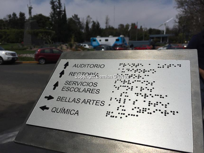 Quer&eacute;taro, Qro. 28 de febrero de 2016.- La Universidad Aut&oacute;noma de Quer&eacute;taro (UAQ) invierte en el campus cerro de las campa&ntilde;as, en accesorios como placas de escritura braile, carriles para bast&oacute;n de invidentes o d&eacute;biles visuales, rampas de acceso a para sillas de ruedas; con el fin de dar mayor accesibilidad y movilidad a los alumnos con discapacidades. <br /> <br /> Este proyecto pronto estar&aacute; disponible en los dem&aacute;s campus del estado. <br /> <br /> Foto: Demian Chavez.