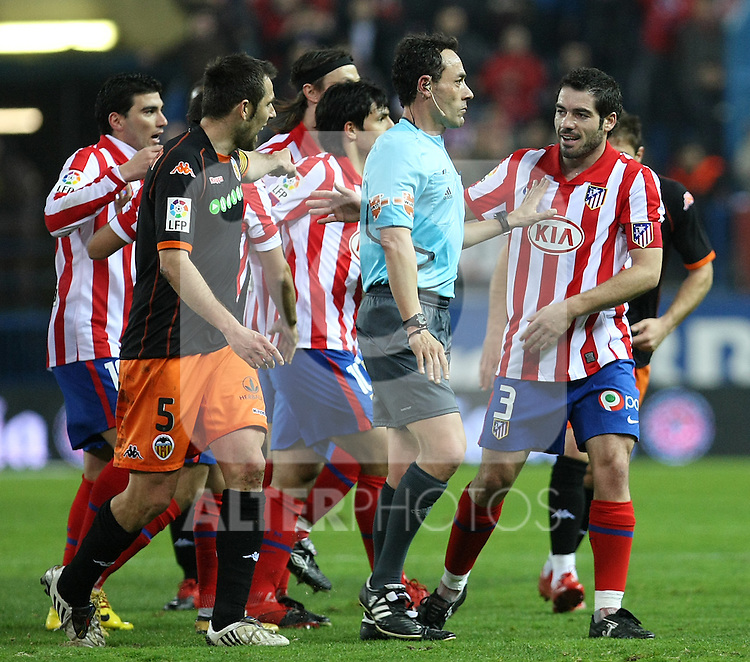Atletico de Madrid's Antonio Lopez (r) and Valencia's Carlos Marchena (l) have words with the referee Alfonso Perez Burrull (c) during La Liga match.(ALTERPHOTOS/Acero)