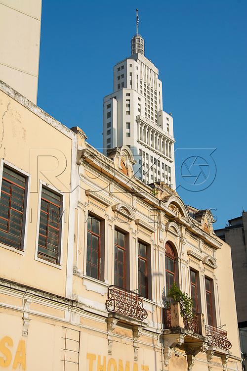 Detalhe da fachada de casarão colonial com Edifício Altino Arantes ao fundo, São Paulo - SP, 07/2016.