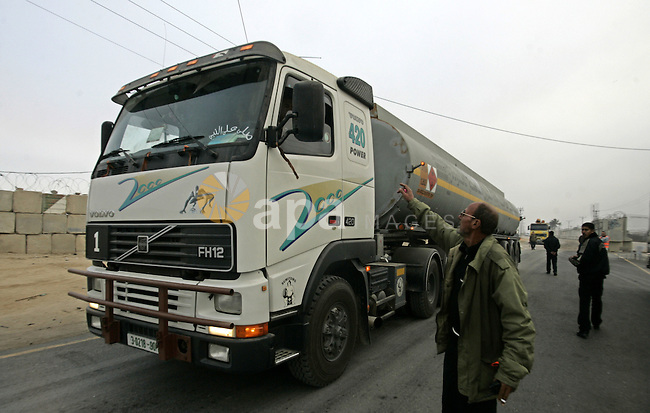 Oil trucks in the Palestinian Rafah border crossing is preparing to go to bring fuel from crossing Karem Salem Israeli , in the southern Gaza Strip on November 29, 2010. Photo by Abed Rahim Khatib
