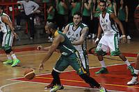 MEDELLÍN -COLOMBIA-11-11-2013. Guillermo Araujo (Der.) jugador de Academia de la Montaña salta por el balón con Juan Herrera (Izq.) jugador de Cimarrones del Chocó por la fecha 3 de las semifinales de la Liga DirecTV de Baloncesto 2013-II de Colombia realizado en el coliseo de la Universidad de Medellín./ Guillermo Araujo (R) player of Academia de la Montaña jump for the ball with Juan Herrera (L) player of Cimarrones del Choco during match for the 3th date of semifinals of the DirecTV Basketball League 2013-II in Colombia played at Universidad de Medellin coliseum.  Photo:VizzorImage/Luis Ríos/STR