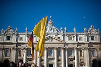 Città del Vaticano. 27 Febbraio, 2013. Papa Benedetto XVI tiene la sua ultima udienza generale il giorno prima delle sue dimissioni da Pontefice, in una Piazza San Pietro gremita di fedeli per l'ultimo saluto .