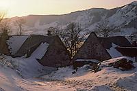 Europe/France/Auvergne/15/Cantal/env de Mandailles: Fermes sous la neige dans la lumière du soir Massif du Puy Mary
