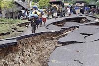 DEN08 GUIHULNGAN (FILIPINAS) 09/02/2012.- Soldados y habitantes transportan sacos de arroz por una carretera destruida en la localidad de Guihulngan, en isla de Negros, en el centro de Filipinas, hoy, jueves 9 de febrero de 2012, tres días después del terremoto de 6,7 grados en la escala abierta de Richter que sacudió la región. Las autoridades filipinas elevaron hoy a 63 el número de muertos en el terremoto. EFE/Dennis M. Sabangan