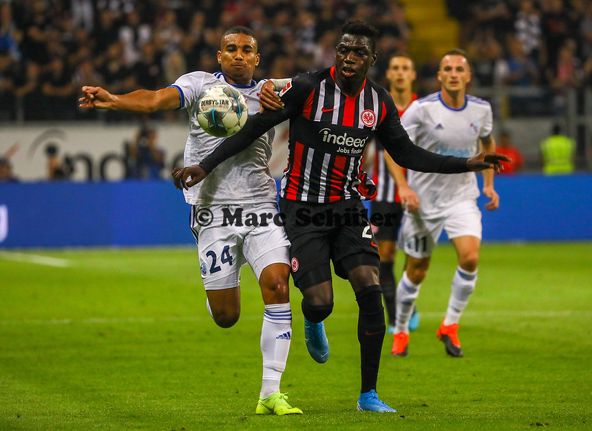 Danny da Costa (Eintracht Frankfurt) gegen Alexander Djiku (Racing Club de Strasbourg Alsace) - 29.08.2019: Eintracht Frankfurt vs. Racing Straßburg, UEFA Europa League, Qualifikation, Commerzbank Arena<br /> DISCLAIMER: DFL regulations prohibit any use of photographs as image sequences and/or quasi-video.