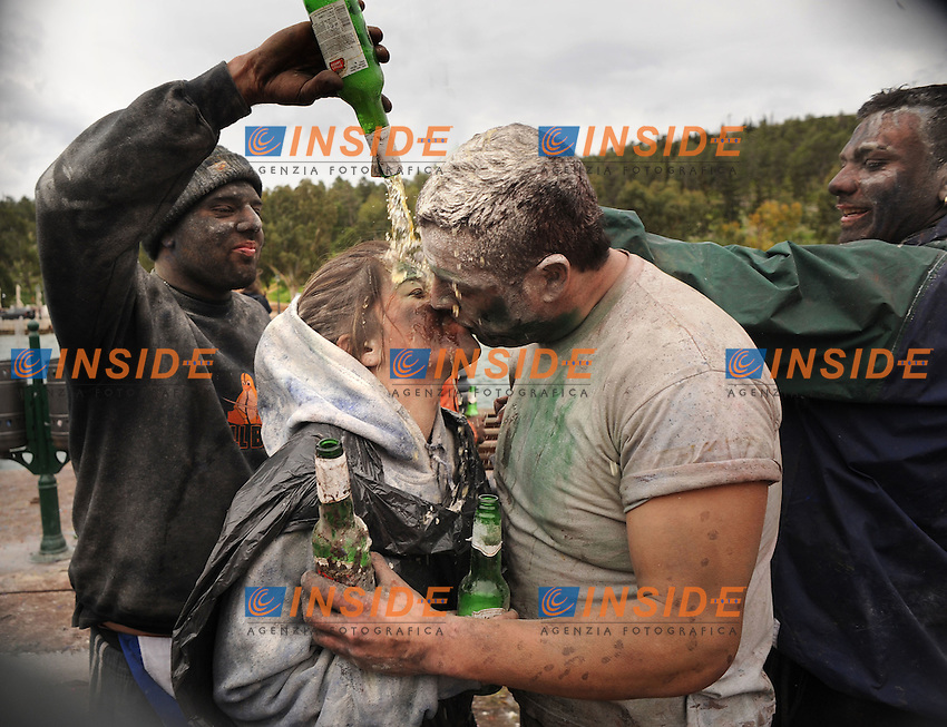 Feb. 27, 2011 - Galaxidi, Greece: Flour-covered couple give a kiss while two men empty bottles of bear on them. Revellers participate in a flour war to celebrate 'clean Monday', a day that marks the end of the carnival season and the start of the 40-day Lent period of the Orthodox Easter (Foto Insidefoto / Maro Kouri / Anatomica Press) .A Galaxidi, in Grecia, si è svolta la battaglia della farina, Clean Monday o Pure Monday, che segna la fine del carnevale..ITALY ONLY