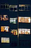 Apartamentos iluminados em Perdizes, São Paulo. 2004. Foto de Juca Martins.