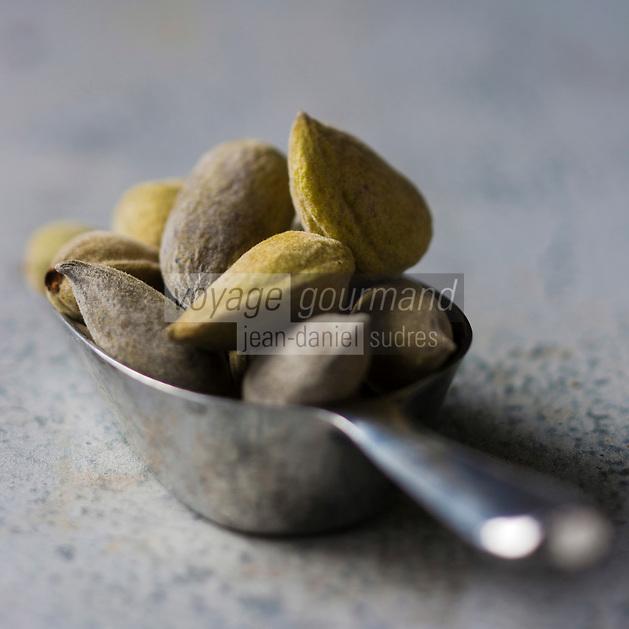 Gastronomie générale: Amandes fraiches de culture biologique