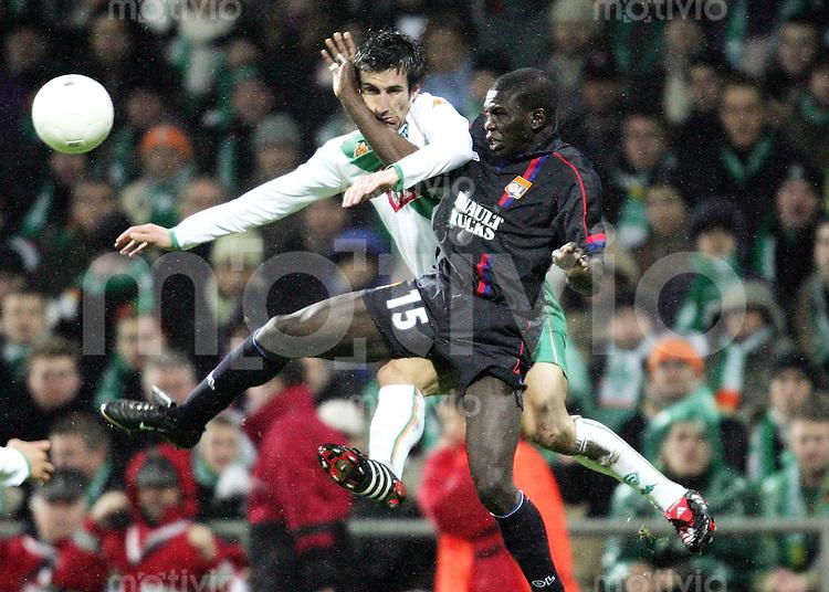 Fussball International Champions League  Saison 2004/2005   Werder Bremen - Olympique Lyon             Johan MICOUD (li, Bremen) gegen Lamine DIATTA (re, Lyon)