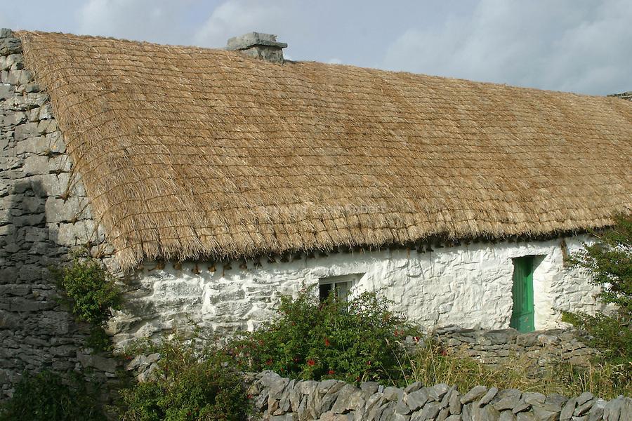 maison au toit de chaume (MC Donagh cottage) ou a séjourné le dramaturge anglais John Synge logea de 1896 à 1902.ïle d' Inishmaan .Mc Donagh cottage where the writer  John Synge stayed from 1896 to 1902. Inishmaan island