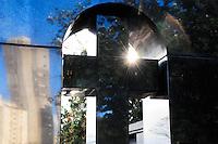 SAO PAULO, SP, 12.07.2014 - ENTERRO DR. OSMAR - Enterro do médico e comentarista esportivo Osmar de Oliveira, 71 anos, no Cemitério São Paulo na zona oeste de São Paulo, neste sábado (12). Doutor Osmar, como também era conhecido no meio do futebol, estava internado em São Paulo após uma cirurgia para a retirada de um tumor na próstata e também sofria com problemas pulmonares. (Foto: Kevin David / Brazil Photo Press).