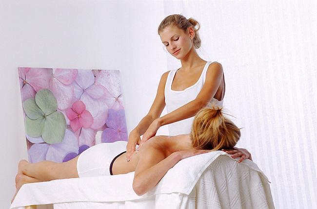 Femme, beaute. Une femme se faisant masser *** Massage. Female, beauty