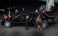 """Berlin, die Frau des US-amerikanischen Praesidenten Barack Obama (2.v.r), Michelle Obama (3.v.r.), steigt am Mittwoch (19.06.13) auf dem Flughafen Tegel in Berlin nach dem Staatsbesuch in Deutschland aus der auch """"The Beast"""" genannten Praesidentenlimousine, um zum Flugzeug des Praesidenten zu gehen. Foto: Georg Hilgemann/CommonLens"""