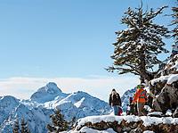 Deutschland, Bayern, Oberbayern, Berchtesgadener Land, Berchtesgaden: Familie mit zwei Kindern auf dem Weg zum Jennergipfel | Germany, Upper Bavaria, Berchtesgadener Land, Berchtesgaden: family with two kids on their way to Jenner summit