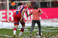 10.05.2014, Allianz Arena, Muenchen, GER, 1. FBL, FC Bayern Muenchen vs VfB Stuttgart, 34. Runde, im Bild l-r: Arjen Robben #10 (FC Bayern Muenchen) spielt Fussball mit einem Kind // during the German Bundesliga 34th round match between FC Bayern Munich and VfB Stuttgart at the Allianz Arena in Muenchen, Germany on 2014/05/10. EXPA Pictures © 2014, PhotoCredit: EXPA/ Eibner-Pressefoto/ Kolbert<br /> <br /> *****ATTENTION - OUT of GER***** <br /> Football Calcio 2013/2014<br /> Bundesliga 2013/2014 Bayern Campione Festeggiamenti <br /> Foto Expa / Insidefoto