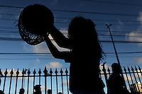 RECIFE, PE, 09.03.2016 - NANÁ VASCONCELOS- VELÓRIO - Maracatu Porto Rico prestou uma homenagem cantando e dançando para o Naná Vasconcelos. Velório do músico e pernambucano, Naná Vasconcelos, na Assembleia Legislativa de Pernambuco, na cidade de Recife (PE). (Foto: Diego Herculano / Brazil Photo Press)