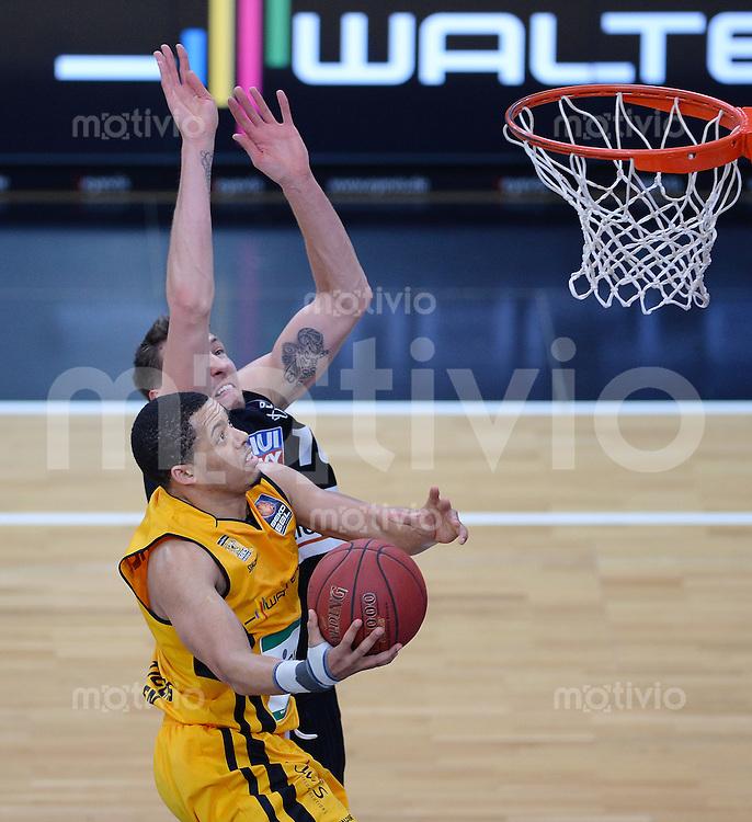 Basketball 1. Bundesliga  2013/2014 Walter Tigers Tuebingen - ratiopharm Ulm      01.03.2014 Jonathan Wallace (vorn, Tigers) gegen Daniel Theis (Ulm)
