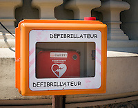 Principality of Monaco, on the French Riviera (Côte d'Azur), district Monte Carlo: defibrillator | Fuerstentum Monaco, an der Côte d'Azur, Stadtteil Monte Carlo: an vielen Plaetzen sind Defibrillatoren aufgestellt