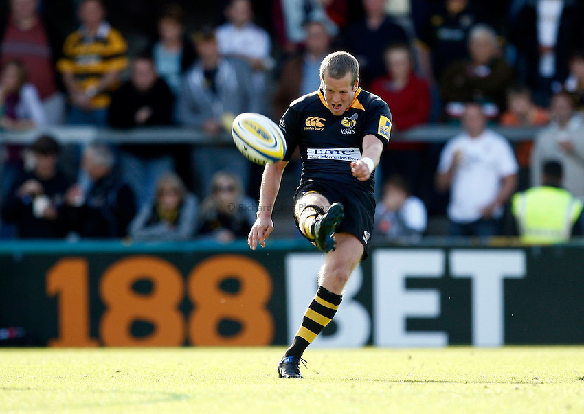 Photo: Richard Lane/Richard Lane Photography. London Wasps v Leicester Tigers. Aviva Premiership. 18/09/2010. Wasps' Dave Walder kicks.