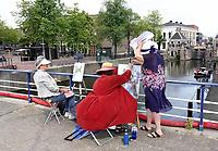 Nederland - Zaandam - 2019.  Monet Art Festival. En Plein Air schilderen. Twee vrouwen schilderen de oude sluis. De wind blaast de schildersezel omver. Foto mag niet in negatieve context gepubliceerd worden.  Foto Berlinda van Dam / Hollandse Hoogte