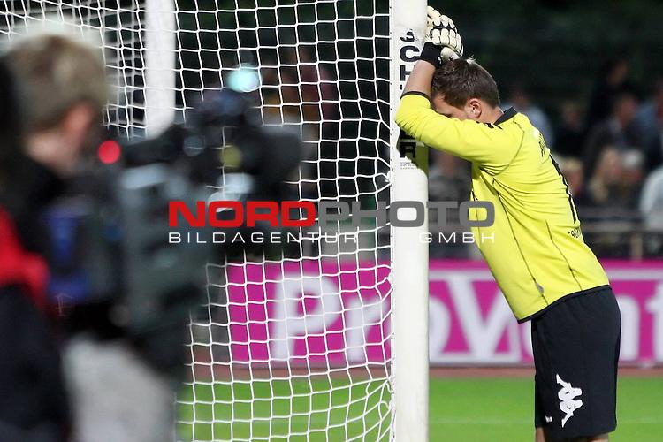 3. FBL 2008/2009 6. Spieltag Hinrunde<br /> Werder Bremen II U23 - Kickers Emden 0:1 (0:0)<br /> <br /> Nico-Stťphŗno Pellatz (#1 GER Werder Bremen II U23 Torwart / Keeper) lehnt mit dem Kopf am Pfosten nach dem Abpfiff. Eine Fernsehkamera filmt Ihn.<br /> <br /> Foto &copy; nph (  nordphoto  ) *** Local Caption ***