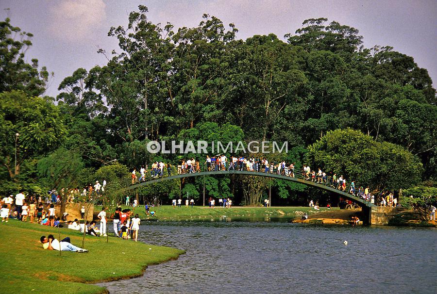 Pessoas no Parque do Ibirapuera. São Paulo. 1990. Foto de Juca Martins.