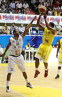 BUCARAMANGA -COLOMBIA, 31-05-2013. Nicholas Covington  (D) de Búcaros disputa el balón con Edgar Arteaga (I) de Piratas durante el juego 4 de los PlayOffs de la  Liga DirecTV de baloncesto Profesional de Colombia realizado en el Coliseo Vicente Díaz Romero de Bucaramanga./  Nicholas  Covington (R) of Bucaros fights for the ball with Piratas player Edgar Arteaga (L) during the PlayOffs game 4 of  DirecTV professional basketball League in Colombia at Vicente Diaz Romero coliseum in Bucaramanga.  Photo: VizzorImage / Jaime Moreno / STR