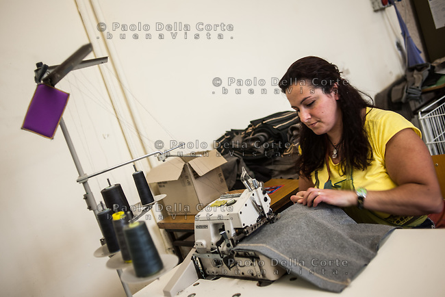 """Trani - Carcere femminile. La sartoria dove le detenute lavorano al marchio """"Made in Carcere"""". detenute al lavoro"""