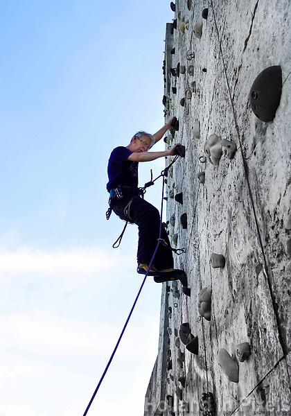 Nederland Spaarwoude  2019. In recreatiegebied Spaarnwoude (tussen IJmuiden, Haarlem en Amsterdam) bevindt zich een kunstobject dat ontworpen is door de Leidse beeldhouwer Frans de Wit in nauwe samenwerking met klimmer Ad van der Horst. Het object is een klimmuur en heeft als doel kunst en recreatie te integreren. De klimmuur bestaat uit 178 betonblokken van 1,2m bij 1,2m. Deze blokken zijn afgietsels van rotsen in de buurt van Namen, bij Marche-les-Dames in België. Foto Berlinda van Dam / Hollandse Hoogte
