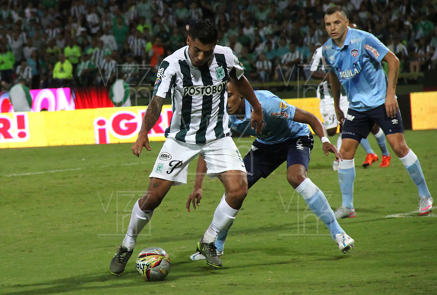 MEDELLÍN -COLOMBIA-20-12-2015. Jefferson Duque (Izq) jugador de Atlético Nacional disputa el balón con William Tesillo (Izq) jugador de Atlético Junior durante partido de vuelta de la final de la Liga Aguila II 2015 entre Atlético Nacional y Atlético Junior jugado en el estadio Atanasio Girardot de la ciudad de Medellín. / Jefferson Duque (L) player of Atletico Nacional vies for the ball with William Tesillo (R) player of Atlético Junior during second leg match of the final of Aguila League II 2015 between Atletico Nacional and Atletico Junior played at Atanasio Girardot stadium in Medellin city. Photo: VizzorImage/ Felipe Caicedo / Staff