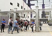ATENCÃO EDITOR: FOTO EMBARGADA PARA VEICULO INTERNACIONAL - SÃO PAULO, SP, 04 NOVEMBRO 2012 - ENEM SP 2012 - Estudantes chegando para prestar o exame do ENEM (Exame Nacional do Ensino Médio) na unidade da Uni 9 na av Vergueiro na Liberdade Região central da cidade nesse domingo 4. (FOTO: LEVY RIBEIRO / BRAZIL PHOTO PRESS)