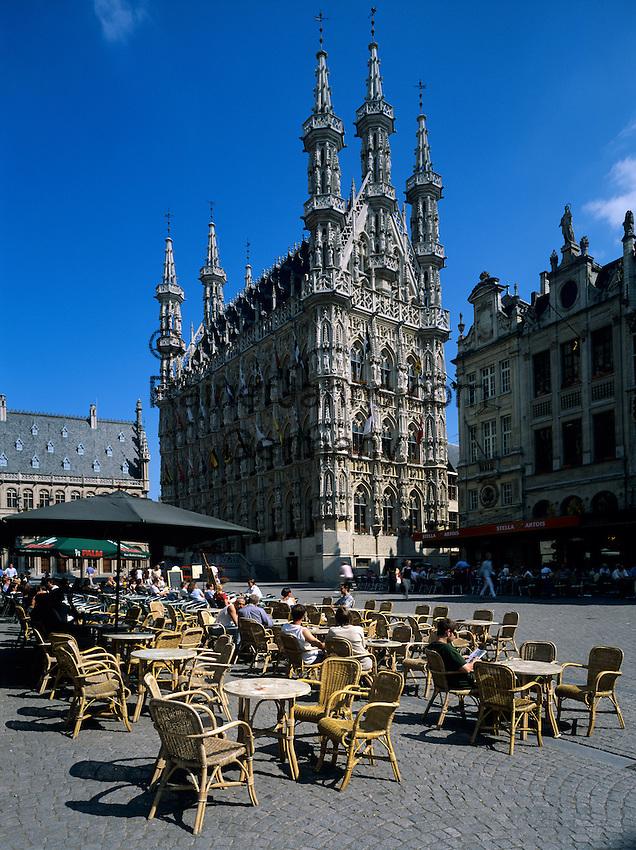 Belgium, Flemish Brabant, Leuven: Town Hall and cafe | Belgien, Flaemisch-Brabant, Loewen: das spaetgotische Rathaus am Großen Markt - Grote Markt - Strassencafe