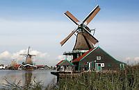 Zaanstad-  Molens bij Zaanse Schans. Openluchtmuseum aan de Zaan. Verfmolen de Kat.