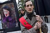 Warschau, Polen, 22.09.2016, Bef&uuml;rworter des versch&auml;rften Abtreibungsgesetzes beten vor dem Parlament zeitgleich zu den Gegenprotesten / Napo Images<br /> <br /> Warsaw, Poland September 22, 2016, <br /> People pray as they take part in an anti-abortion demonstration in front of the Parliament in Warsaw.<br /> <br /> photo Filip Cwik /Napo Images