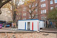 Die Berliner Schulsenatorin Sandra Scheeres besuchte am Freitag den 19. Oktober 2018 zusammen mit dem Bezirksbuergermeister von Neukoelln, Martin Hikel, und der Bildungsstadtraetin Karin Korte die Karl-Weise-Grundschule im Bezirk Neukoelln, um sich ein Bild von den Sanierungsmassnahmen zu machen. Fuer die Schulkinder sind fuer die Dauer der Bauarbeiten an dem 1093 gebauten Toilettenpavillon WC-Container aufgestellt worden.<br /> Das Land Berlin investiert in den kommenden Jahren 5,5 Milliarden Euro in die Sanierung und in den Bau von Schulgebaeuden. <br /> 19.10.2018, Berlin<br /> Copyright: Christian-Ditsch.de<br /> [Inhaltsveraendernde Manipulation des Fotos nur nach ausdruecklicher Genehmigung des Fotografen. Vereinbarungen ueber Abtretung von Persoenlichkeitsrechten/Model Release der abgebildeten Person/Personen liegen nicht vor. NO MODEL RELEASE! Nur fuer Redaktionelle Zwecke. Don't publish without copyright Christian-Ditsch.de, Veroeffentlichung nur mit Fotografennennung, sowie gegen Honorar, MwSt. und Beleg. Konto: I N G - D i B a, IBAN DE58500105175400192269, BIC INGDDEFFXXX, Kontakt: post@christian-ditsch.de<br /> Bei der Bearbeitung der Dateiinformationen darf die Urheberkennzeichnung in den EXIF- und  IPTC-Daten nicht entfernt werden, diese sind in digitalen Medien nach &sect;95c UrhG rechtlich geschuetzt. Der Urhebervermerk wird gemaess &sect;13 UrhG verlangt.]