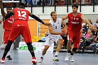 UITHUIZEN = Basketbal, Donar - Aris, voorbereiding seizoen 2017-2018, 02-09-2017,  Donar speler Aron Roye in duel met Aris speler Niels Bunschoten
