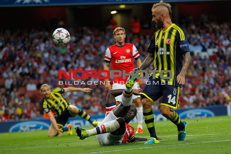 LONDON, ENGLAND - August 27: Arsenal's Bacary Sagna  and Fernerbache's Raul Meireles during the UEFA Champions League Qualification round match between Arsenal from England and Fenerbahce from Turkey played at The Emirates Stadium, on August 27, 2013 in London, England.   Foto © nph / Mitchell Gunn *** Local Caption ***