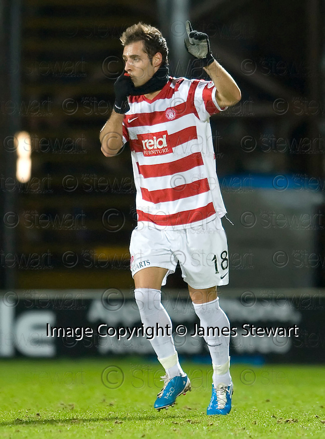 :: HAMILTON'S FLAVIO PAIXAO KISSES THE PORTUGUESE FLAG ON HIS SOON TO BE BANNED SNOOD AFTER HE SCORES ACCIES FIRST ::